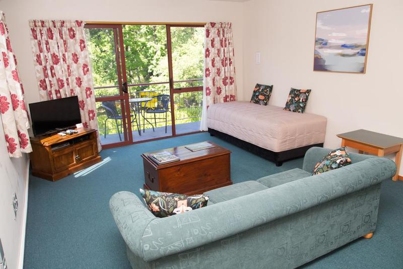 spacious living,showing single bed